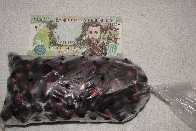 Ce petit sac de corozos produira jusqu'à deux litres d'un jus délicieux et rafraîchissant.